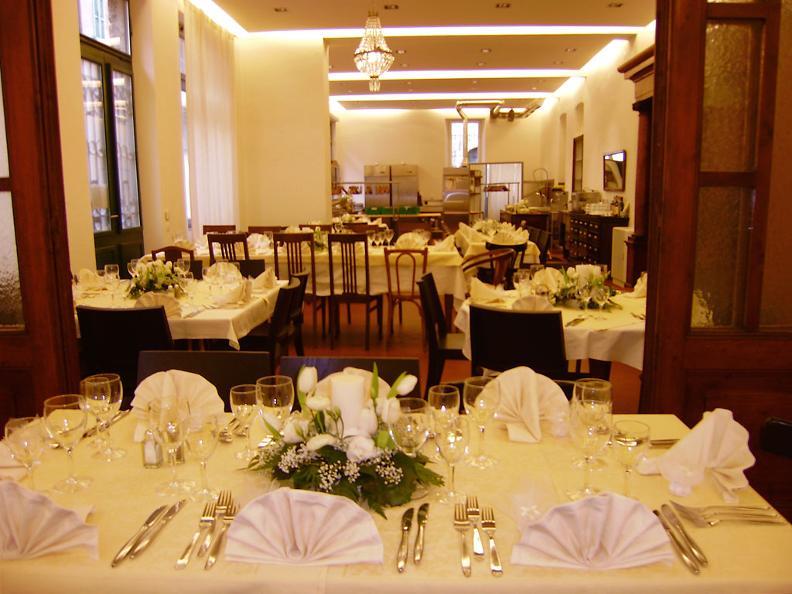 Image 0 - Salone Piazza Grande